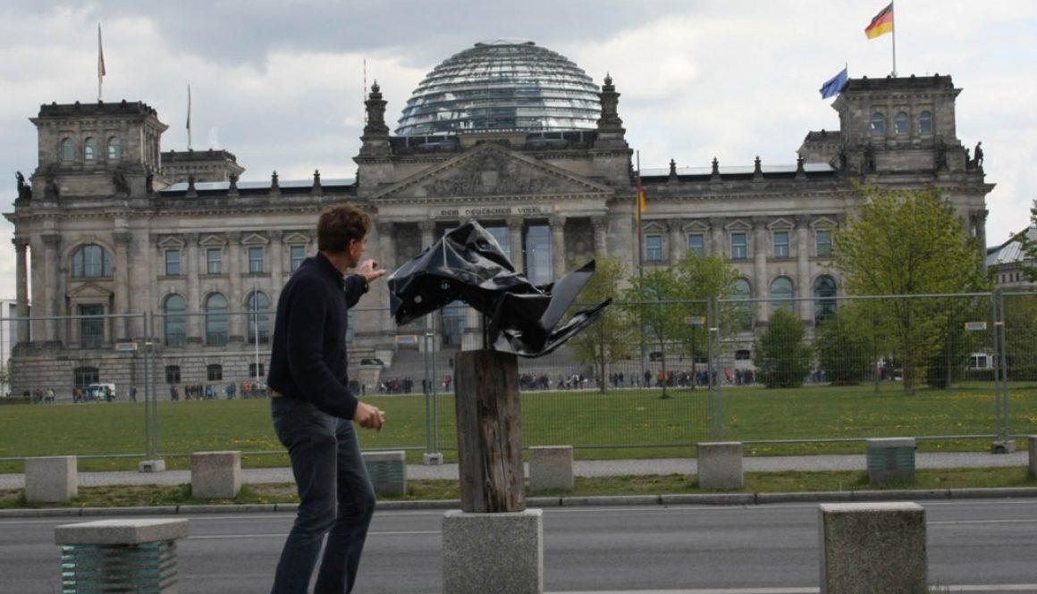 """Torsten Schlüter, """"GEMINUS"""", vor dem Berliner Reichstag, Projekt """"Deutschland unter der Haube"""", Motorhaube VW Golf , Wanderausstellung, 2014-2020, 160x100x80cm, 2015"""
