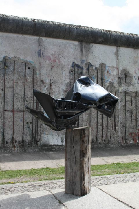 """Torsten Schlüter, """"GEMINUS"""", an der Berliner Mauer, Projekt """"Deutschland unter der Haube"""", Motorhaube VW Golf , Wanderausstellung, 2014-2020, 160x100x80cm, 2015"""