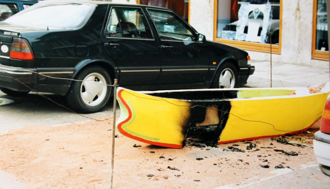 """Torsten Schlüter, """"Tulipamwe"""", Installation-BOOTschaft, nach dem Brandanschlag vom 27.06.1997, Goetheplatz und Stadtmuseum Weimar"""