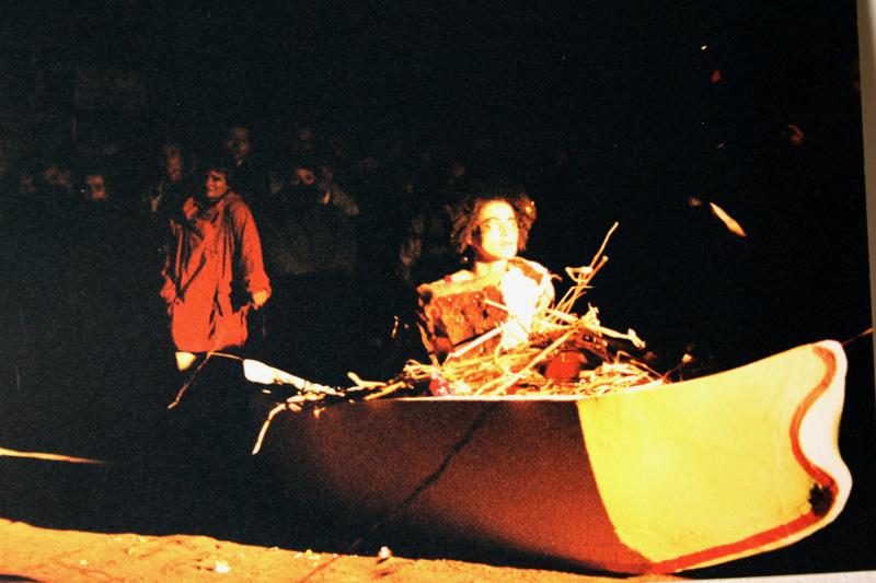 """Torsten Schlüter, Installation """"Die Bootschaft"""" und Performance """"Tulipamwe"""", Szene mit Oxana Chi, Kunstfest Weimar, 1997"""