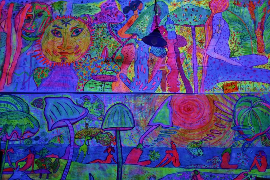 """Torsten Schlüter, """"New Flower Power"""", 1999, Flureszierende Farben auf Stoff, 360x80cm"""